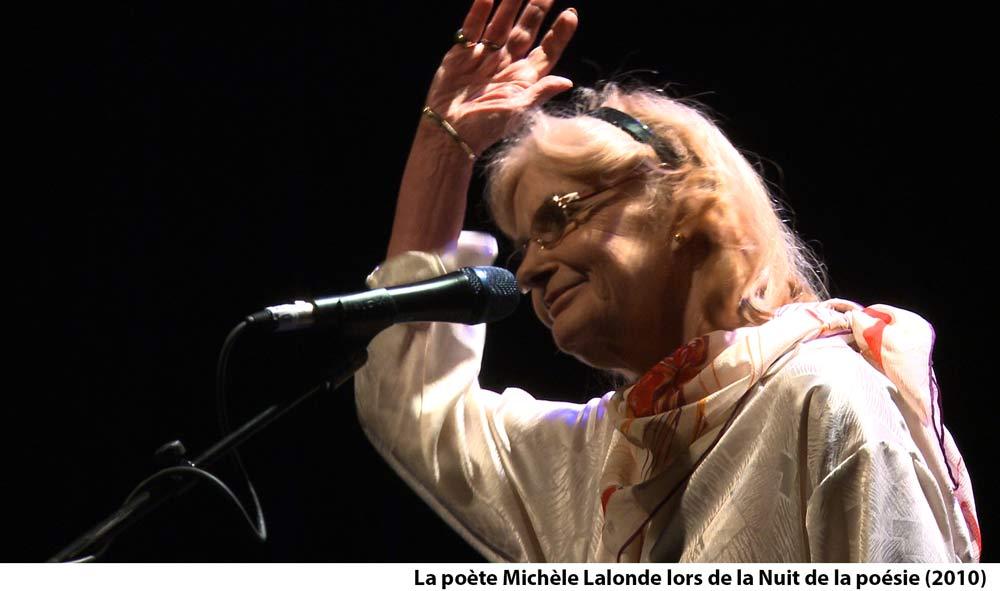 Photo de la poète Michèle Lalonde lors de la Nuit de la poésie 2010, Maison de la poésie de Montréal