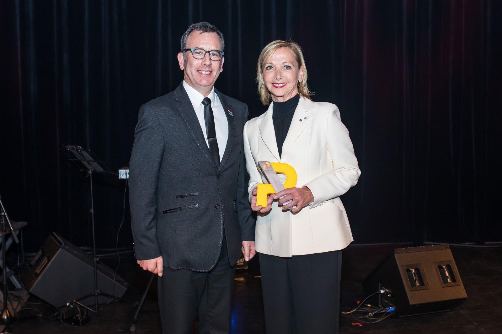 Le président de la SQPRP, Patrick Howe, PRP, ARP, a remis le prix hommage SQPRP 2019 à Mme Christiane Germain, cofondatrice et coprésidente de l'entreprise familiale Groupe Germain Hôtels.